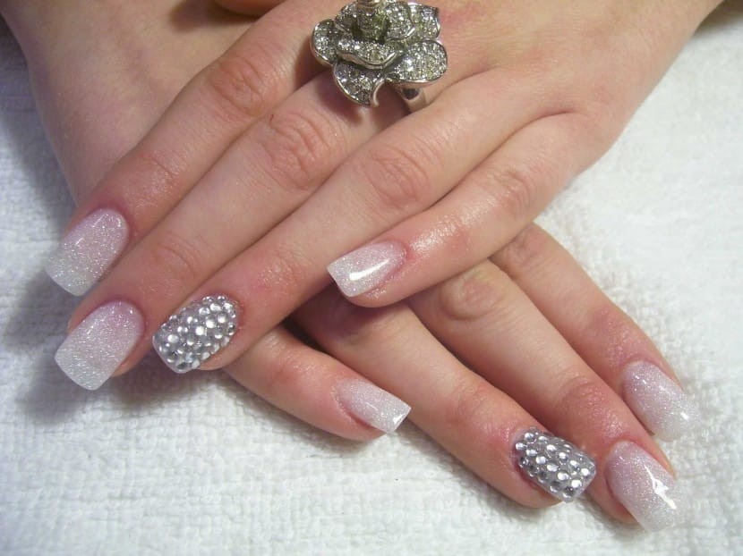 Crear-uñas-postizas-con-glitter-830x622