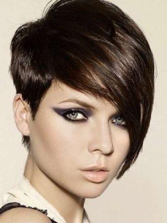 Flequillo asimétrico y largo para cabello corto pixie