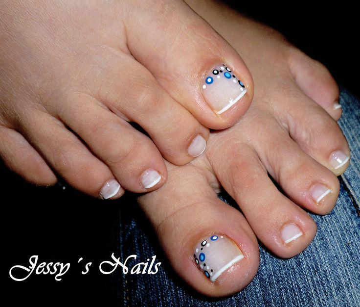 Uñas de los pies decoradas con puntos