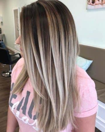 cabello rubio con raices oscuras