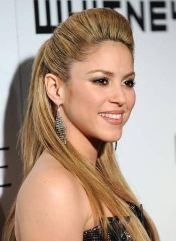 Peinado de Shakira recogido y suelto lacio