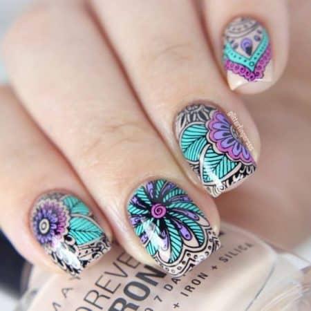 diseño geometrico de uñas con flores 1