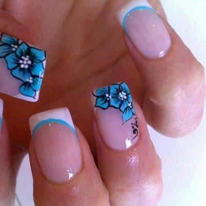 diseños de uñas con flores y petalos