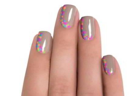 diseños uñas con puntos uniformes de distintos esmaltes