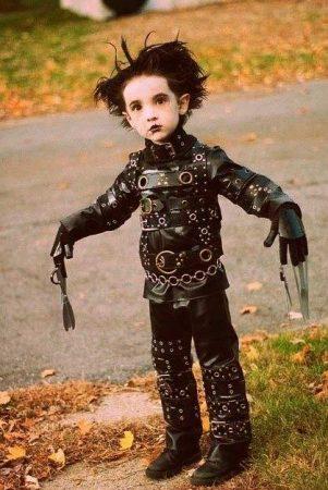 disfraz halloween casero niño eduardo manos tijeras