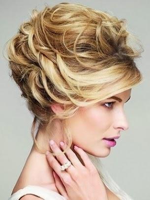Diseño de peinado para rubia