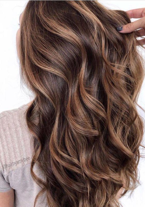 mechas beige en cabello chocolate