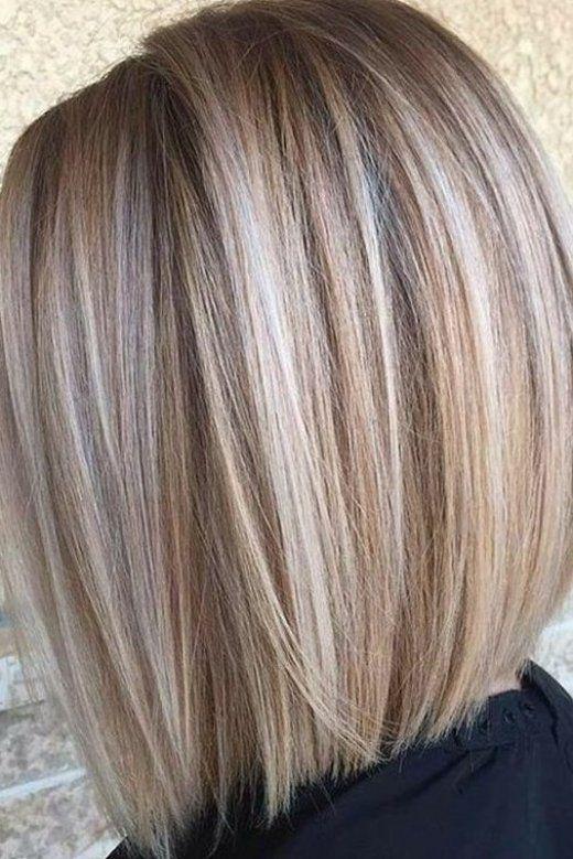 mechas beige en cabello corto