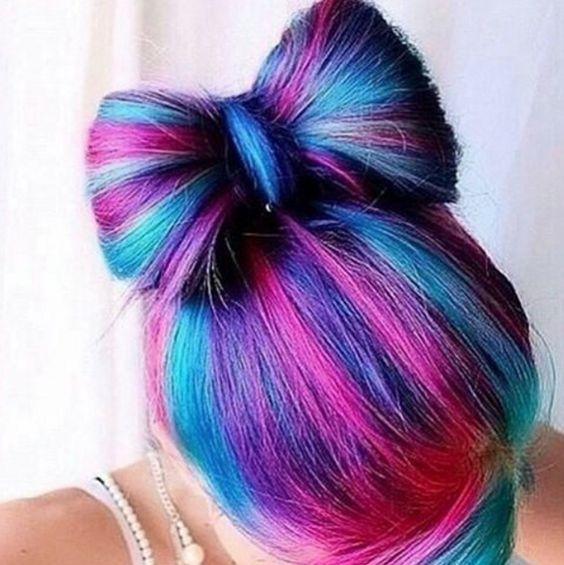 Mechas de color fucsia en cabello oscuro