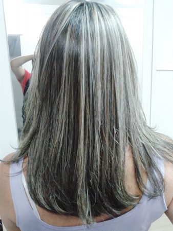 mechas platinadas en cabello corto