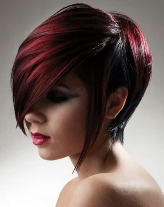 mechas rojas en cabello corto