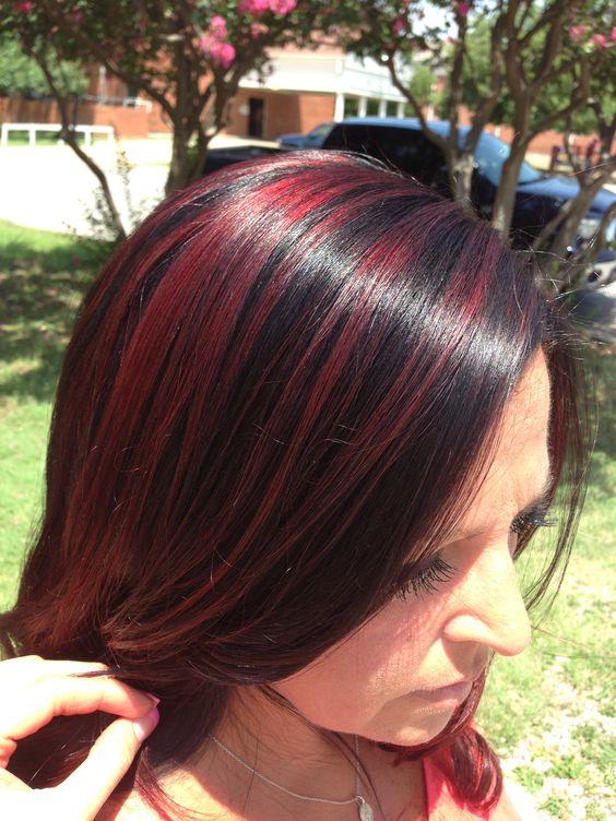 mechas rojas en cabello oscuro