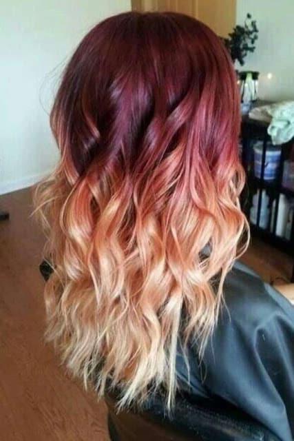 mechas rojas en cabello rubio caramelo