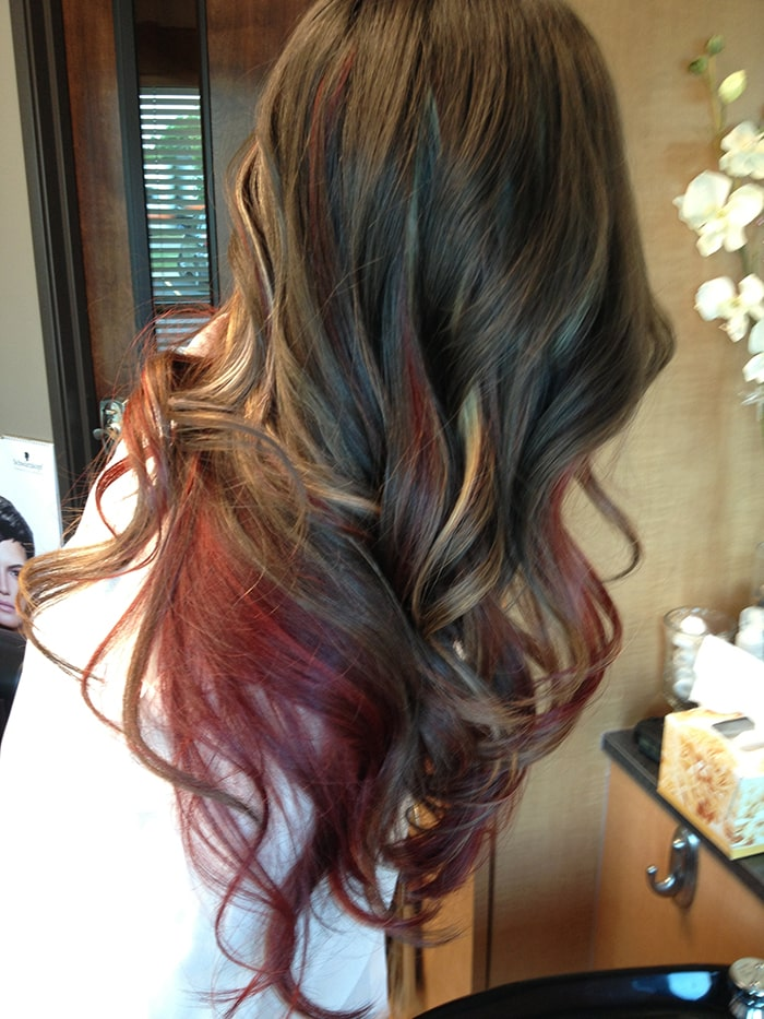 mechas rojas en cabello castano