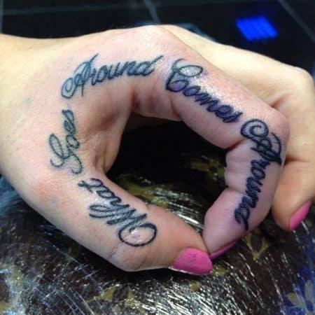 tatuaje manos tatuajes letras en la mano 11