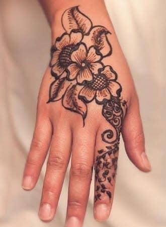 tatuajes en la mano mujer flores