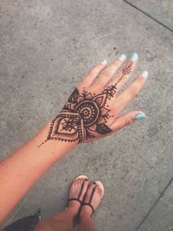 tatuajes para mujeres en las manos corazones