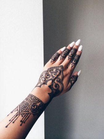 tatuajes para mujeres en las manos delicados