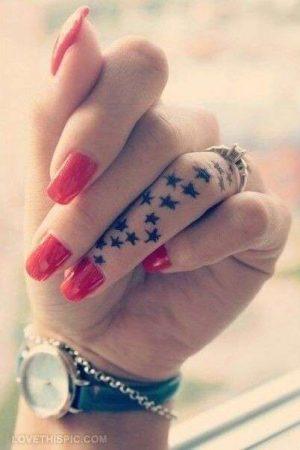 tatuajes pequenos mano estrellas en el dedo