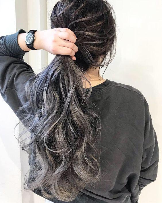 tinte gris para morenas