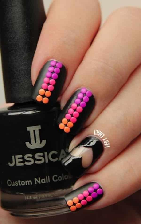 uñas-negras-decoradas-con-accesorios-de-puntos