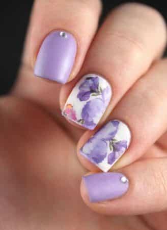 uñas violeta con flores 1