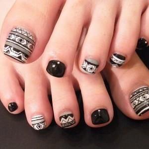 unas blanco y negro rayas puntos pies