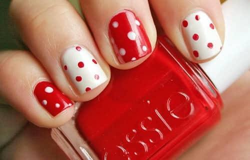 uñas decoradas con puntos blancos