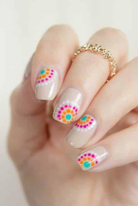 uñas decoradas con puntos y flores