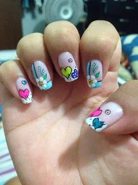 uñas decoradas con corazones y flores