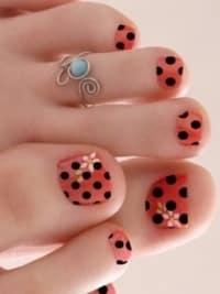 unas pies decoradas con puntos flores