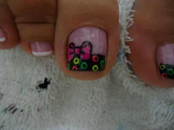 unas pies decoradas con puntos moño