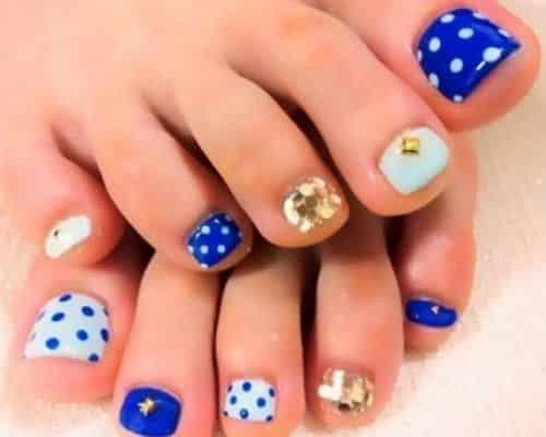 unas pies decoradas con puntos piedra