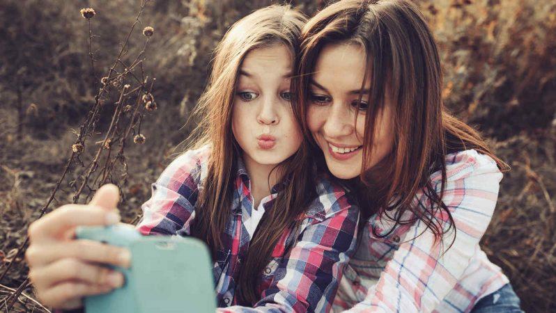 madre e hija tomando selfie