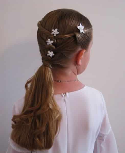 Hermoso y simple peinado con flores y cabello semi recogido