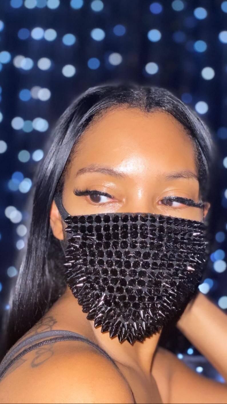 barbijo fashion tachas negras brillantes 1