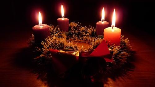 corona de adviento velas encendidas