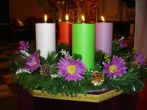 velas de la corona de adviento de colores