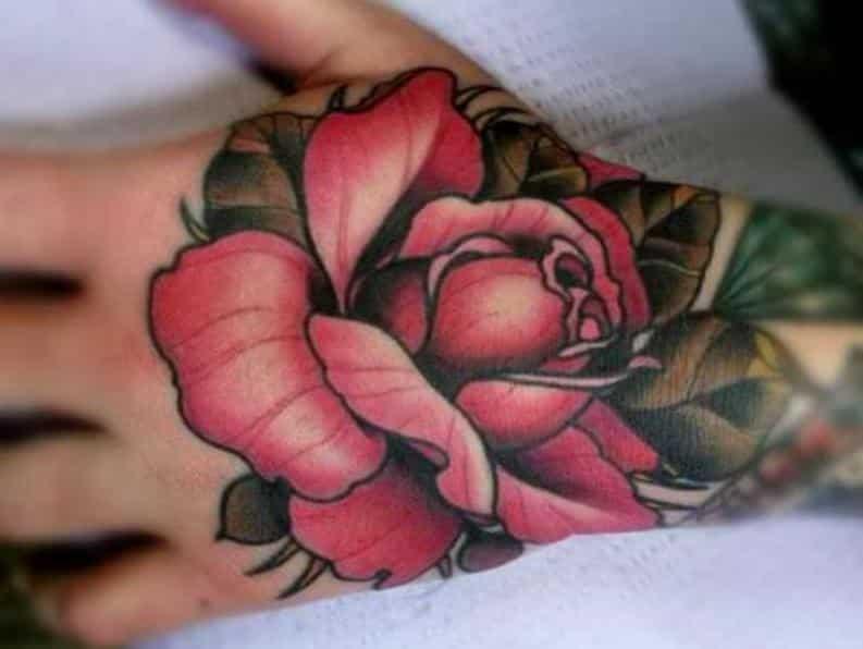 tatuajes de rosas en la mano de colores