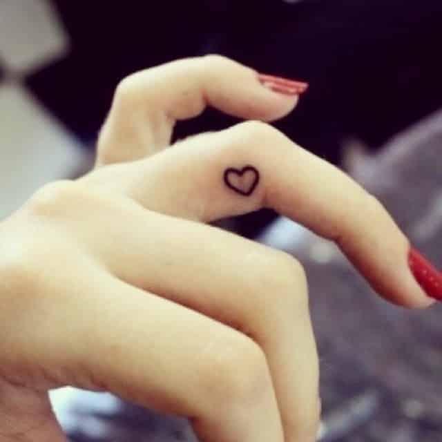 tatuaje-para-mujeres-pequeño-dedo-corazon