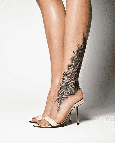 tatuaje que abarca pierna y pie