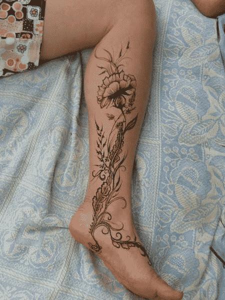 dibujo en tinta negra de flor ramificada