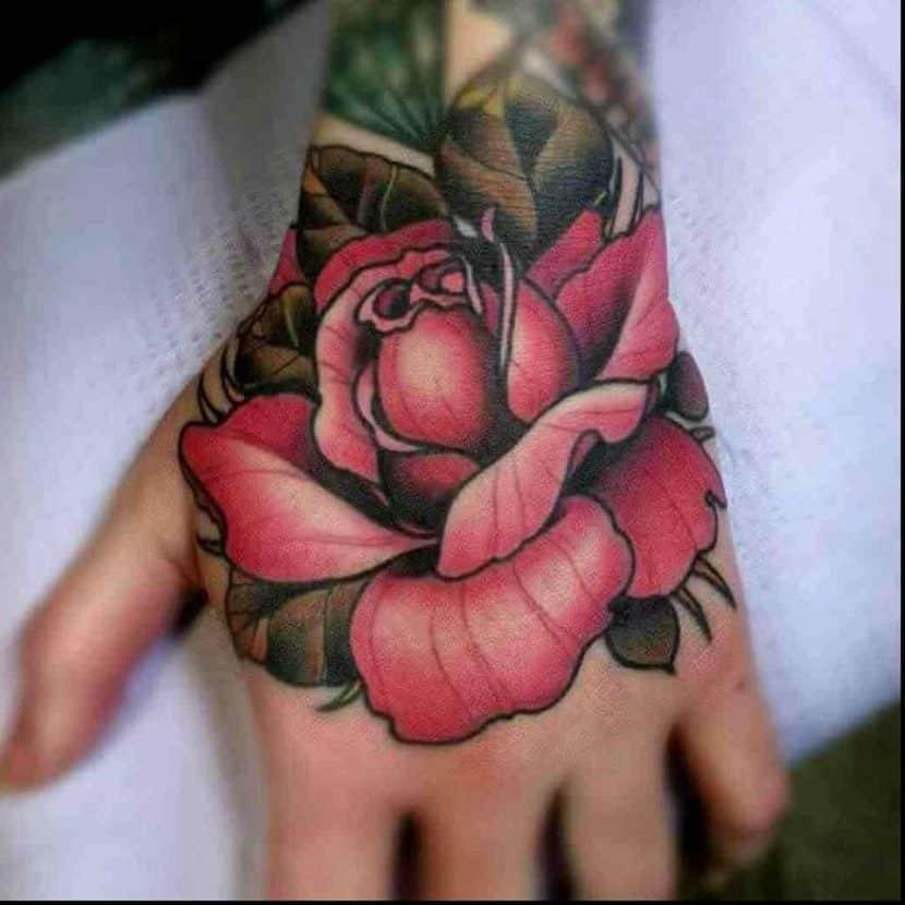 tatuajes de rosas en la mano mujer