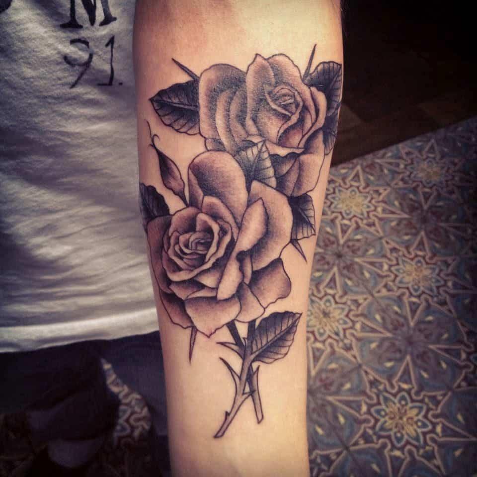 tatuajes de rosas en el brazo para mujeres