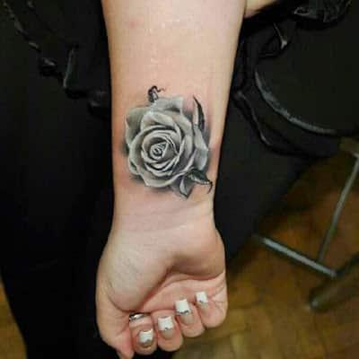 tatuajes de rosas para mujeres en la mano