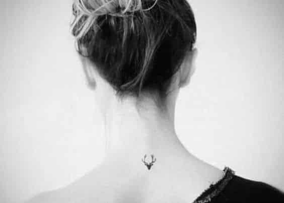 tatuajes para mujeres delicados nuca
