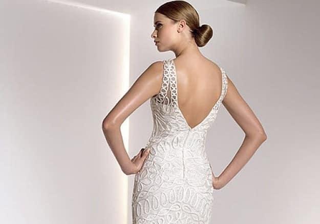 vestido-de-novia-para-una-boda-civil-con-marcado-escote-en-la-espalda