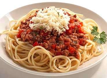 espaguetis con salsa de tomate y carne