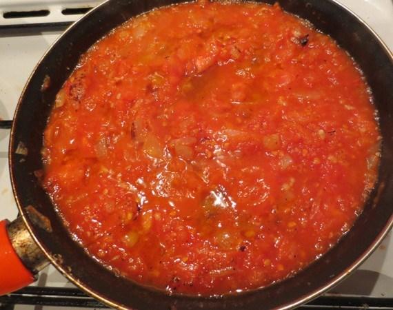 sartén con salsa de tomate